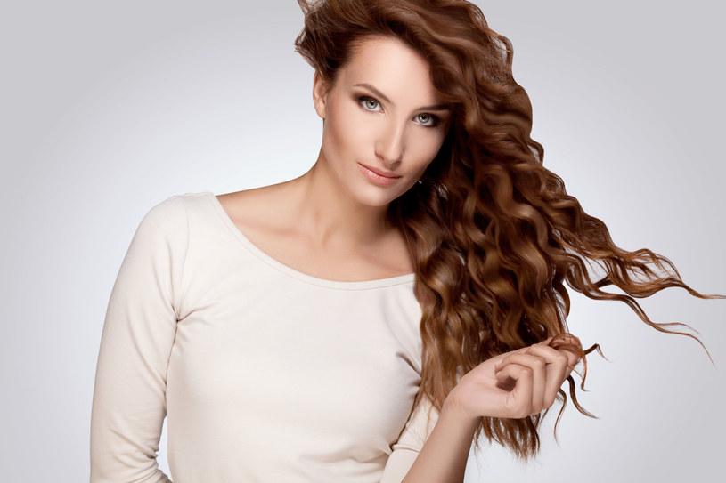 Nawet codzienne suszenie suszarką może sprawić, że włosy staną się łamliwe i przesuszone /123RF/PICSEL