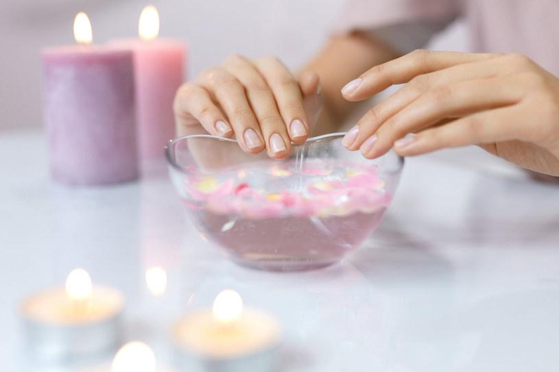 Nawet dwa razy w tygodniu zafunduj paznokciom kąpiel w ciepłej oliwie /123RF/PICSEL