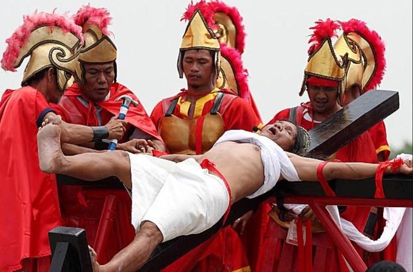 Nawet dziś ludzie trafiają na krzyż. Jednak obecnie chcą w ten sposób pokazać swoją wielką wiarę... /AFP