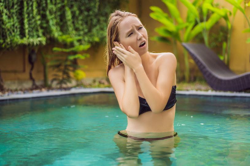 Nawet gdy ucho tylko pobolewa, zrezygnuj z pływania i plażowania /123RF/PICSEL