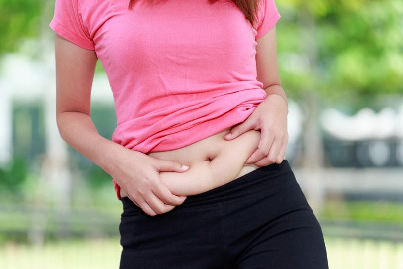 Nawet gdy uda ci schudnąć, wygląd okolic brzucha często pozostawia wiele do życzenia. Są sposoby na to, by ujędrnić jego skórę /123RF/PICSEL