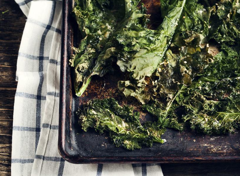 Nawet jeśli ktoś nie przepada za kapuścianą nutą liści jarmużu, po chipsy sięgnie zdecydowanie chętniej /123RF/PICSEL