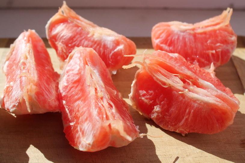 Nawet, jeśli nie lubimy smaku grapefruitów, możemy zjeść je innej formie niż podane solo /123RF/PICSEL