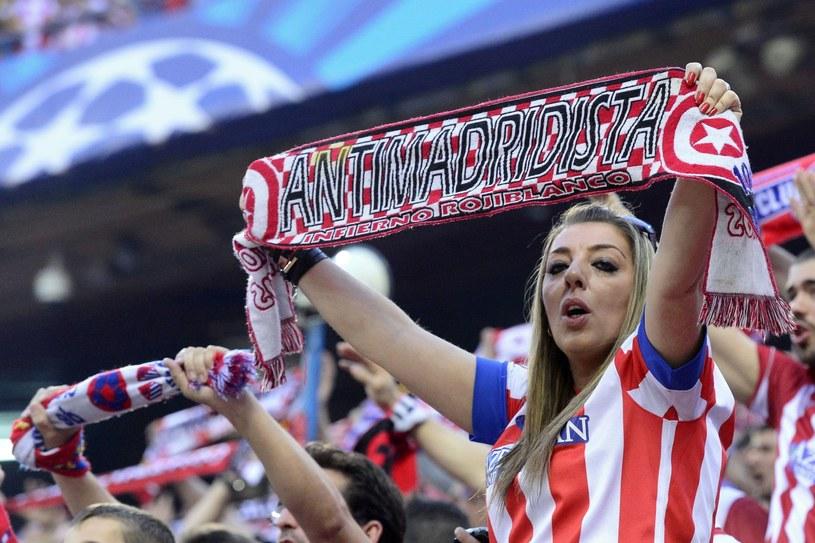 Nawet kobiety kibicujące Atletico Madryt są czasem przeciwko Realowi. /AFP
