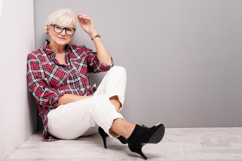 Nawet kraciasta koszula, założona do białych spodni i butów na obcasie, może wyglądać kobieco /123RF/PICSEL