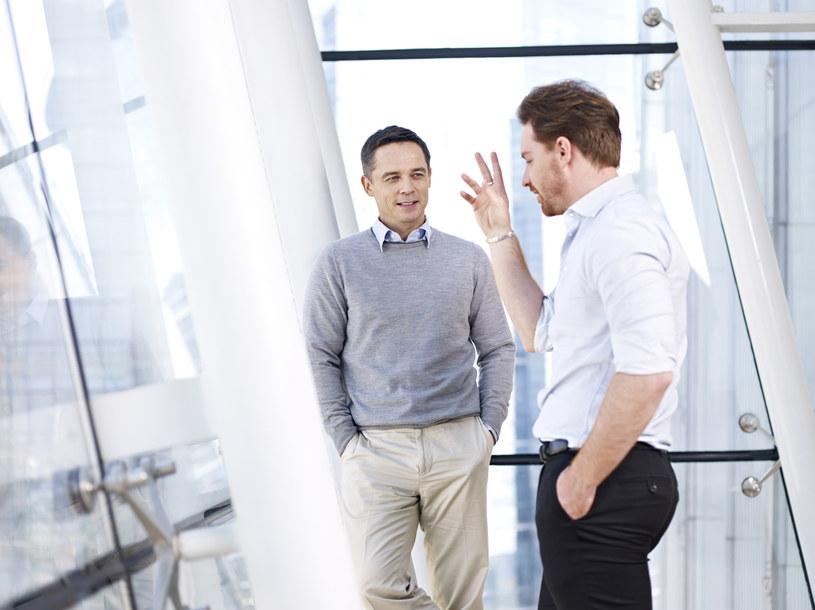 Nawet krótka rozmowa w biurze może, zdaniem badaczy, stanowić duże ryzyko /123RF/PICSEL