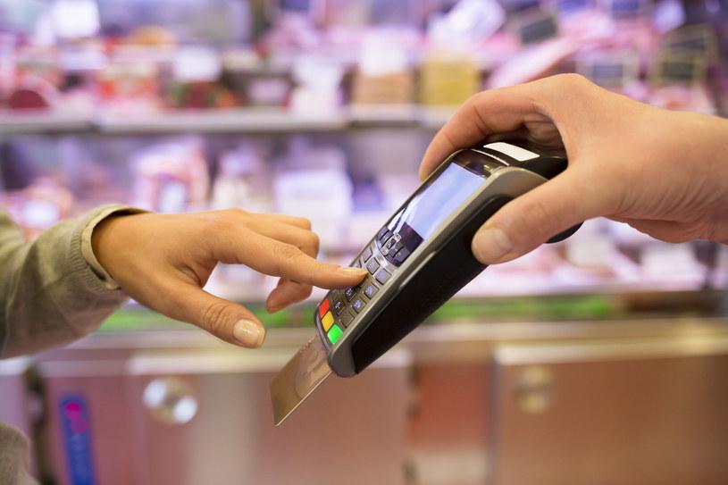 """Nawet nie zdajemy sobie sprawy z tego, jak dużo pieniędzy na codziennych zakupach """"ucieka"""" nam bokiem... /123RF/PICSEL"""