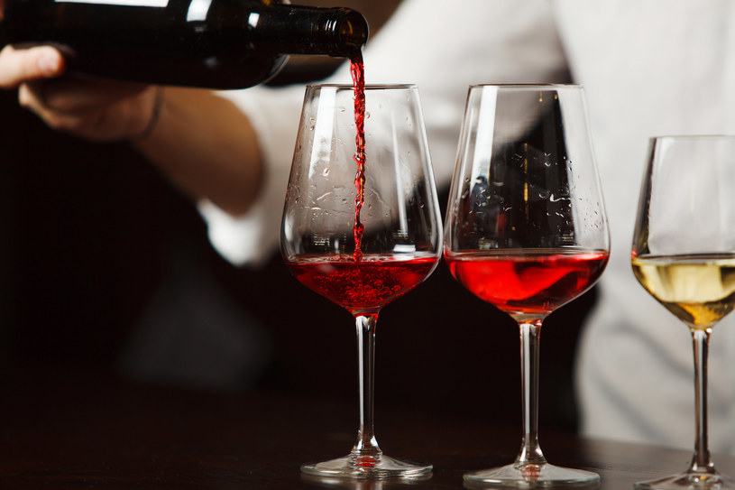 Nawet niewielka ilość rozlanego wina przyciąga muszki owocówki /123RF/PICSEL