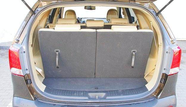 Nawet po rozłożeniu dwóch dodatkowych opcjonalnych foteli zmieści się tu mała torba. /Motor