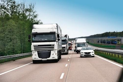 Nawet po zakończeniu wyprzedzania przez ciężarówkę, rozładowanie zatoru i powrót do początkowej prędkości jazdy zajmuje sporo czasu, zwłaszcza gdy ruch jest duży. /Motor