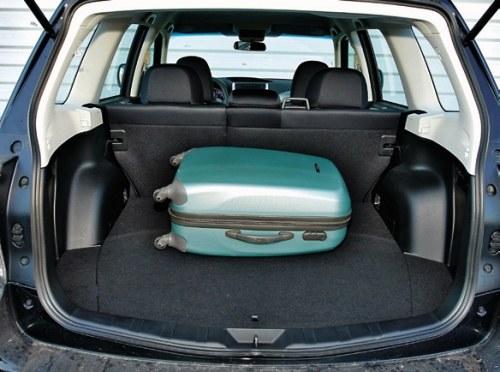 """Nawet po załadowaniu samochód nie """"osiądzie"""" – każdy Forester ma z tyłu zawieszenie samopoziomujące. /Motor"""