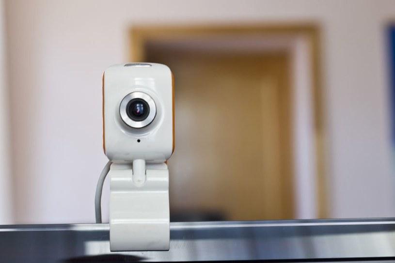 Nawet szef FBI zakleja taśmą kamerkę w swoim komputerze... /123RF/PICSEL