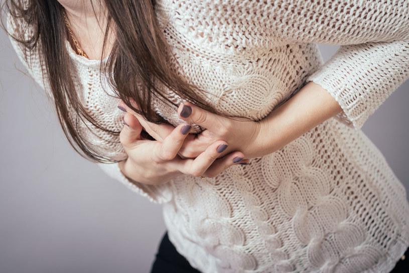 Nawet u zdrowych osób drobne cząstki pyłów mogą wywołać skurcz naczyń wieńcowych, powodując duszność, ból w klatce piersiowej /123RF/PICSEL