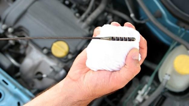 Nawet w nowych autach należy regularnie kontrolować poziom oleju (na zimnym silniku i płaskim podłożu). /Shutterstock