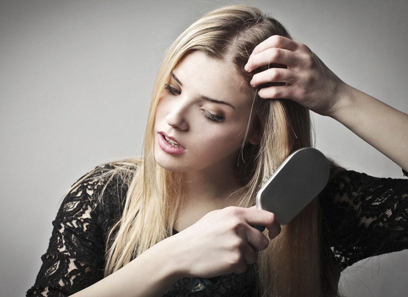 """Nawet z cienkich włosów możesz wyczarować """"obfitą"""" fryzurę /123RF/PICSEL"""