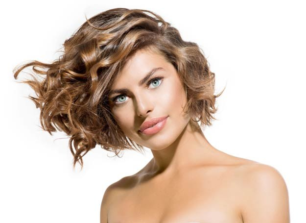 Nawet z cienkich włosów możesz wyczarować wspaniałą fryzurę /123RF/PICSEL