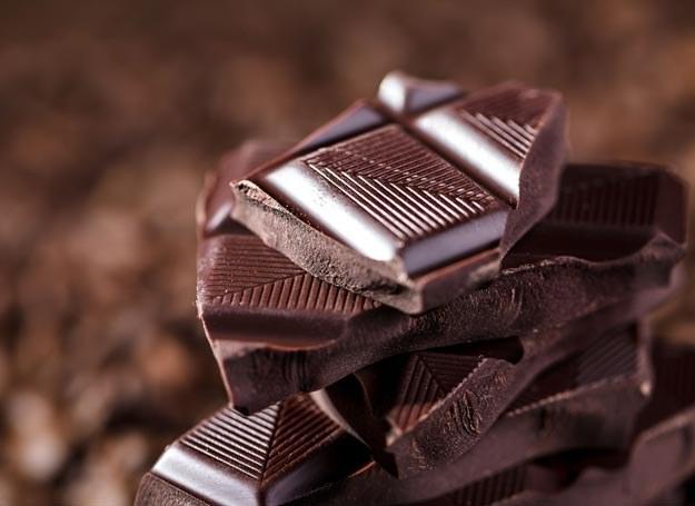Nawet z gorzką czekoladą nie można przesadzać, ponieważ czekolada jest bogata w tłuszcze /Picsel /123RF/PICSEL