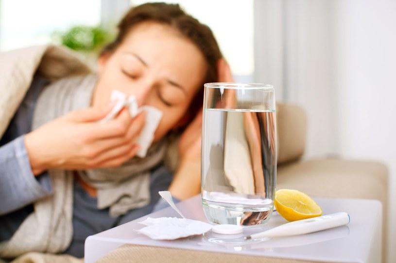 Nawet ze zwykłego przeziębienia mogą wyniknąć poważne powikłania /123RF/PICSEL