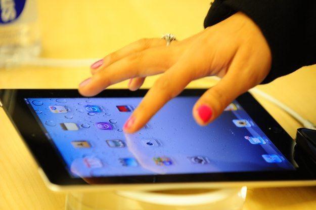 Nawigacja samochodowa na iPadzie - pozornie może wydawać się niewygodna, ale działa /AFP