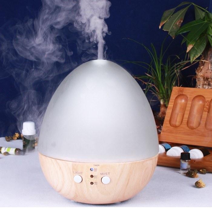 Nawilżacz powietrza z olejkiem eterycznym /© Photogenica