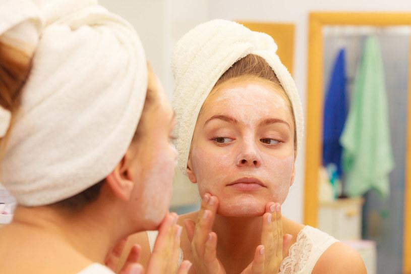 Nawilżaj skórę od środka i od wewnątrz. Pij minimum dwa litry wody dziennie /123RF/PICSEL