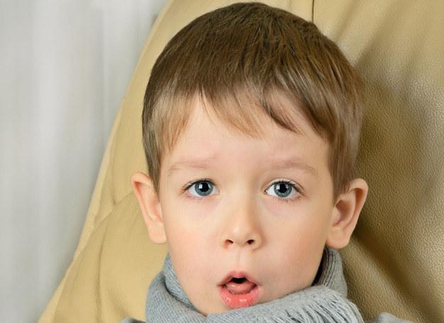 Nawrotowe zapalenia oskrzeli, a także utrzymująca się długo nadwrażliwość dróg oddechowych mogą być objawami astmy. /123RF/PICSEL