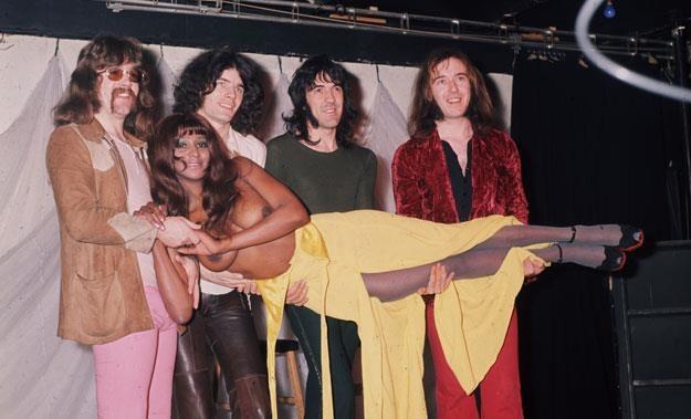 Nazareth w latach 70. z wierną fanką (Dan McCafferty  drugi z lewej) fot. Keystone /Getty Images/Flash Press Media