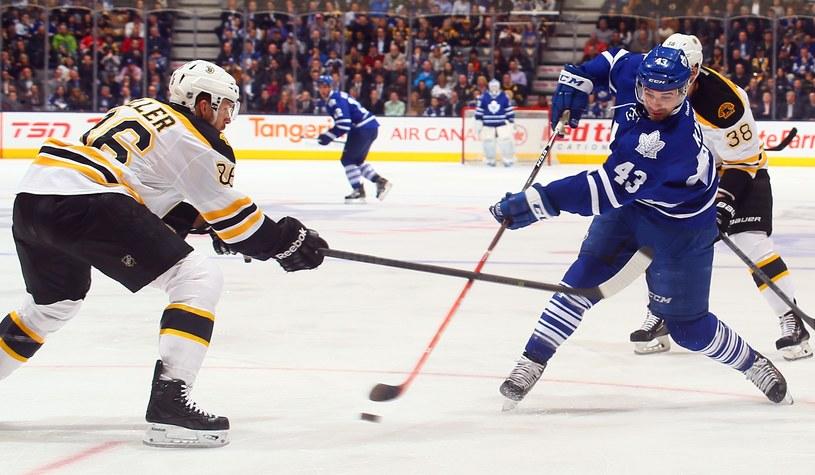 Nazem Kadri (z prawej) strzelił zwycięskiego gola w meczu z Bruins /AFP