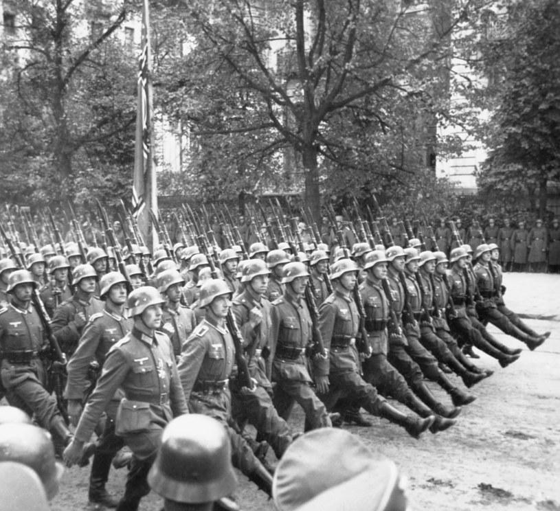 Nazistowscy żołnierze maszerują ulicami miasta /Corbis