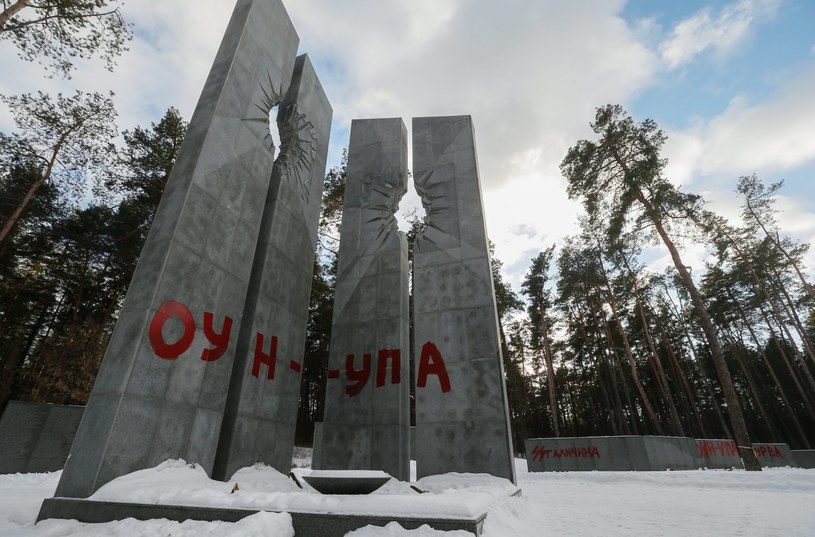 Nazwy ukraińskich organizacji nacjonalistycznych na grobie pomordowanych Polaków /SERGEY DOLZHENKO /PAP/EPA