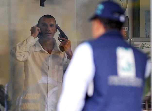 Negocjacje z porywaczem, który zabarykadował się z zakładnikami w banku /AFP