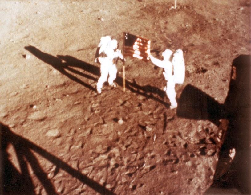 "Neil Armstrong i ""Buzz"" Aldrin, 20 lipca 1969 r, misja Apollo 11 - amerykańska flaga na Księżycu /NASA/AFP /AFP"