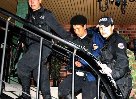 Nelly Avila Moreno (w środku) w eskorcie oficerów policji. Antioquila, 18 maja 2008 /AFP