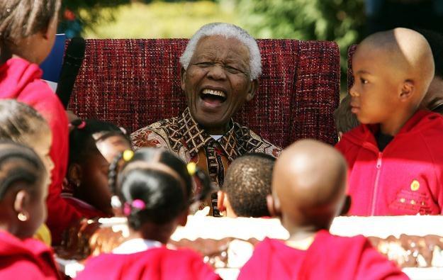 Nelson Mandela w towarzystwie dzieci, 24 lipca 2007 roku /AFP