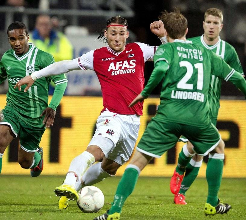 Nemanja Gudelj (na czerwono) przenosi się do Amsterdamu /AFP