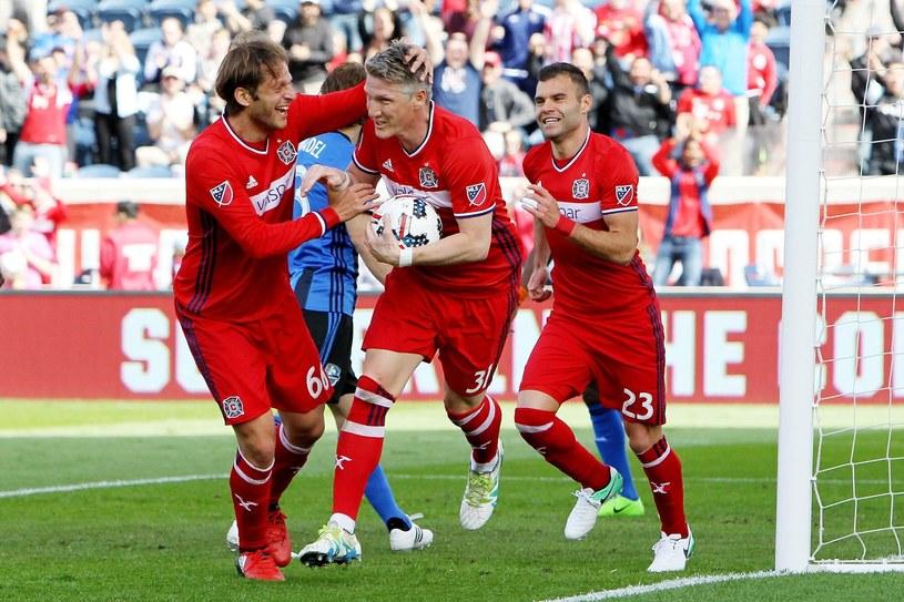 Nemanja Nikolić (z prawej) cieszy się z trafienia Bastiana Schweinsteigera /AFP