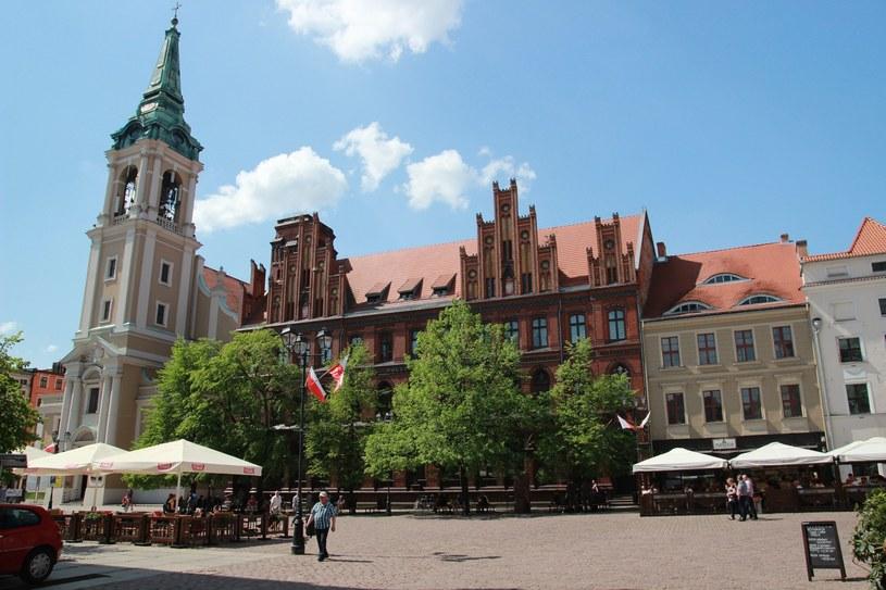 Neogotycki gmach Poczty Głównej przy Rynku Staromiejskim, z lewej późnobarokowy Kościół Ducha Św., Toruń /Marek Zajdler /East News