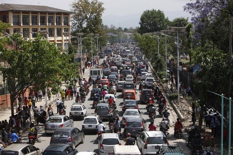 Nepalczycy próbują się wydostać z terenów zagrożonych trzęsieniem ziemi /AP/FOTOLINK /East News