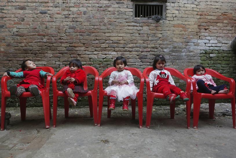 Nepalskie dziewczynki czekające przed świątynią /Associated Press /East News