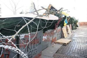 Nerwowe oczekiwanie w Kijowie. Majdan się fortyfikuje
