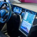 Netflix i YouTube zawitają do samochodów Tesla