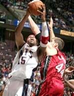 Nets - Heat 97:110. Vince Carter próbuje zdobyć punkty mimo obecności Christiana Laettnera /AFP