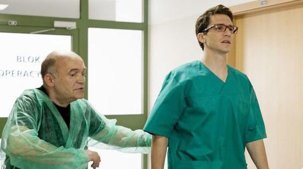 Neurolog Adrian Świderski (Sambor Czarnota) zrobi wszystko, by uratować życie seniorce rodu Pyrków. /ARTRAMA