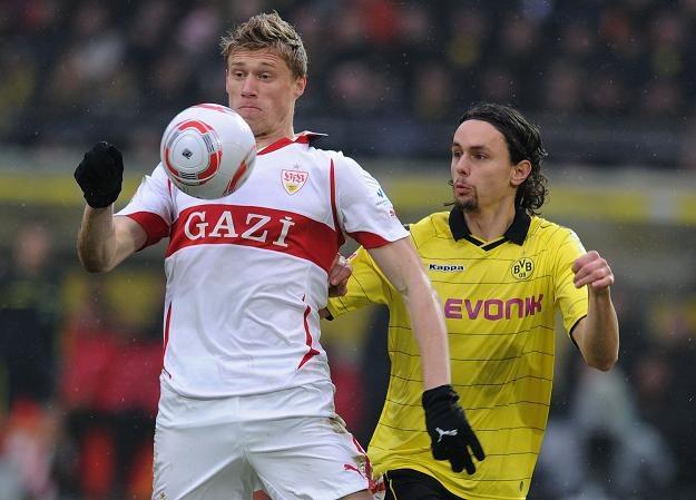 Neven Subotić (z prawej) w pojedynku z Pawłem Pogrebniakiem z VfB Stuttgart /AFP