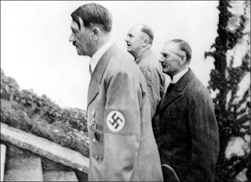 Neville Chamberlain (po prawej) i Adolf Hitler (po lewej), najprawdopodobniej w 1939 roku /AFP