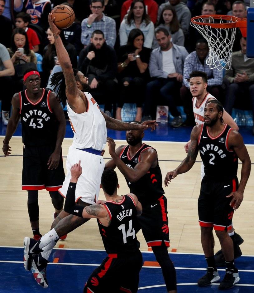 New York Knicks center DeAndre Jordan (2-L) atakuje kosz Toronto Raptors (z lewej Pascal Siakam, Danny Green, Serge Ibaka 3. P i Kawhi Leonard - P). /PAP/EPA