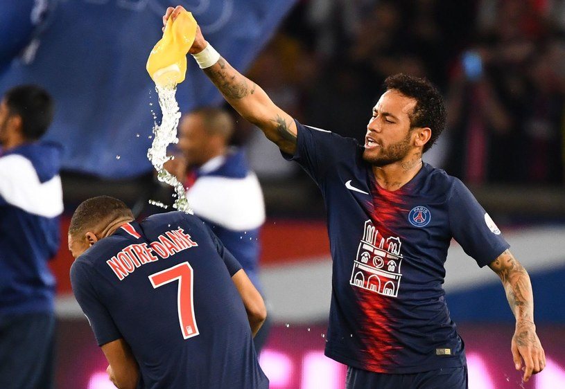 Neymar chce ostudzić gorące głowy młodych gwiazd Paris Saint-Germain /AFP
