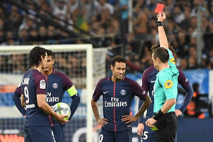Neymar (drugi z prawej) otrzymuje czerwoną kartkę w starciu z Olympique Marsylia /AFP