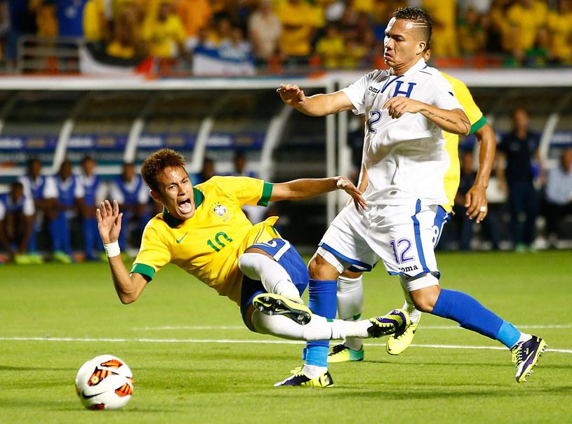 Neymar faulowany przez Arnolda Peraltę /AFP