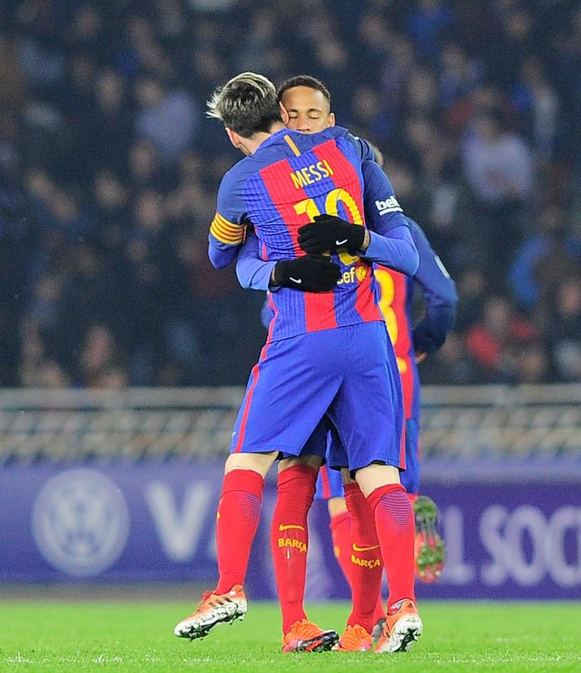 Neymar i Messi cieszący się po zodbyciu wyrównującego gola /AFP